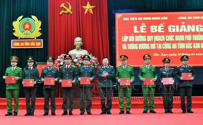 Đồng chí Lê Minh Hùng - Phó giám đốc Học viện ANND trao chứng chỉ cho các học viên.