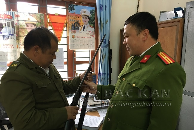 Công an xã Nghĩa Tá và công an huyện Chợ Đồn kiểm tra, thống kê số súng tự chế do vận động nhân dân giao nộp.