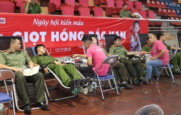 """Ngày hội """"Giọt hồng Bắc Kạn """" năm 2019 thu hút đông đảo nhân dân, ĐVTN, lực lượng vũ trang  tham gia đăng ký, hiến máu."""