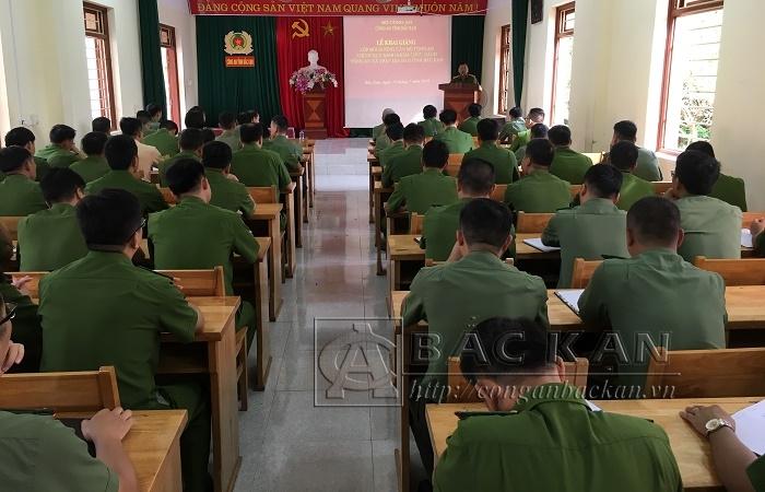 Đại tá Đinh Quang Huy, Phó Giám đốc Công an tỉnh phát biểu chỉ đạo tại lớp tập huấn