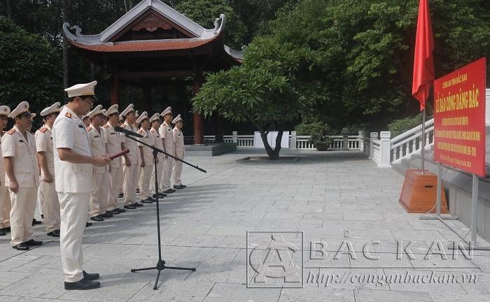 Đoàn tổ chức báo công trước Nhà tưởng niệm Bác Hồ tại Khu di tích lịch sử Đá Chông
