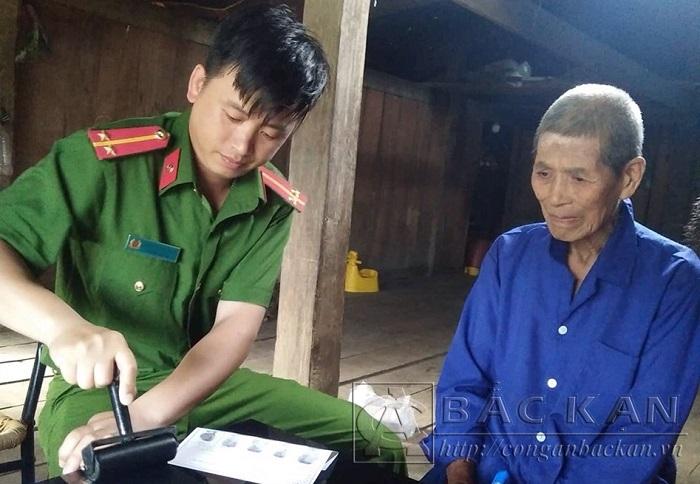 Cán bộ Đội Đội Cảnh sát QLHC về TTXH Công an huyện Na Rì xuống cơ sở thực hiện thủ tục cấp chứng minh nhân dân.