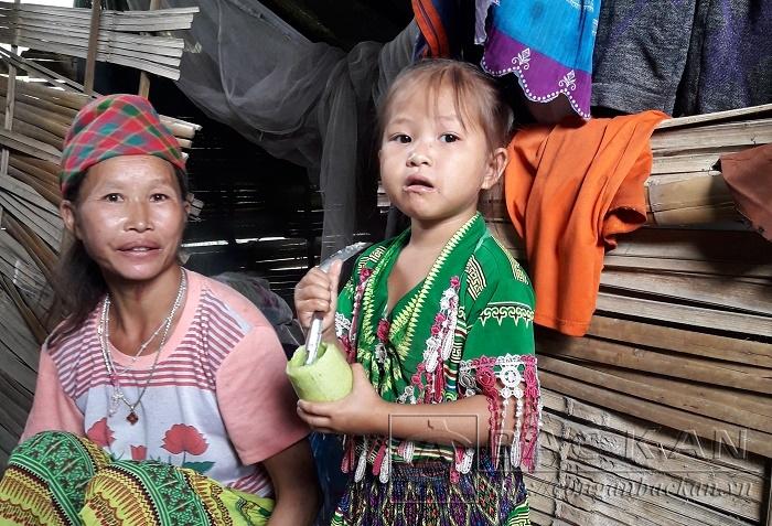 Em Sằm Thị Phương cùng mẹ bên túp lều tạm bợ tại thôn Ta Đào