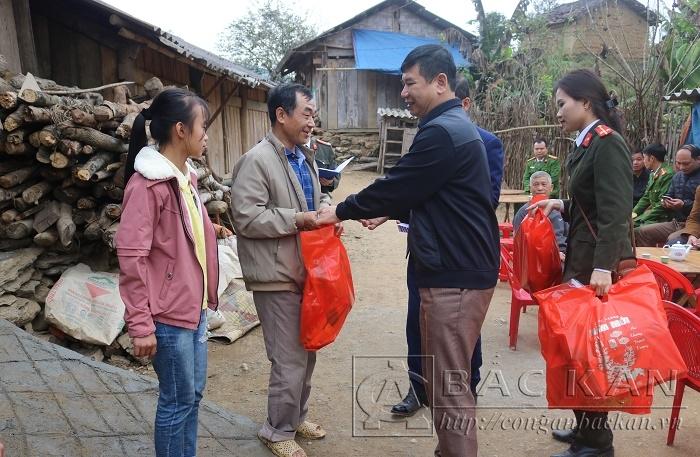 Các phần quà được chuyển tận tay các Hộ nghèo tại thôn Khau Phoòng, xã Bằng Vân, Ngân Sơn