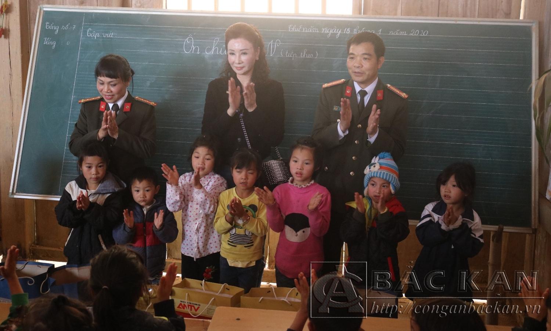 Đại diện lãnh đạo các đơn vị trao quà cho các em học sinh tại điểm trường Cốc Diển