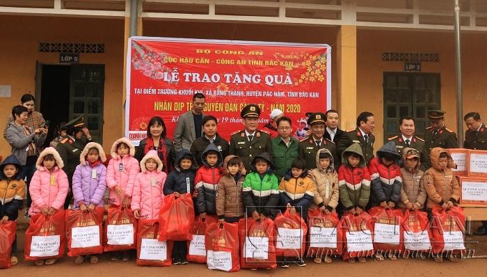 Đoàn công tác Cục Hậu cần (Bộ Công an) tặng quà cho các em học sinh Khuổi Khí, Khuổi Luông, xã Bằng Thành