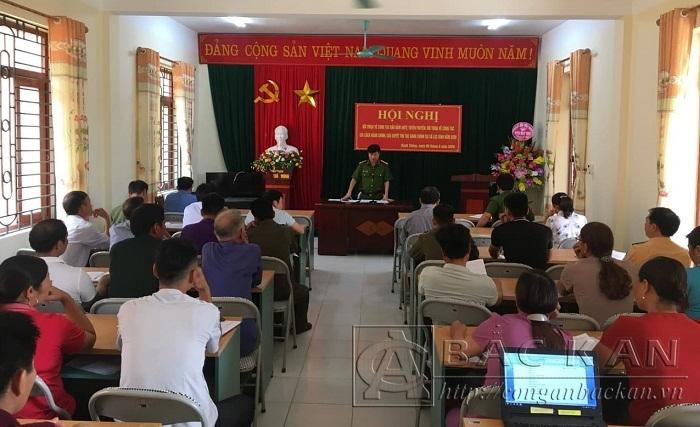 Đ/c Trưởng công an huyện tiếp nhận va giải đáp các ý kiến góp ý tại Hội nghị