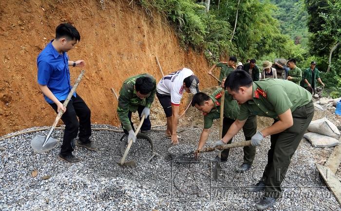 ĐVTN các cơ sở Đoàn tham gia xây dựng đường giao thông nông thôn thôn Nà Muồng
