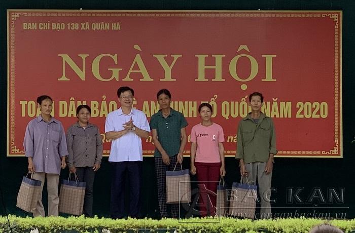 Đồng chí Phạm Duy Hưng, Phó Chủ tịch tỉnh tặng quà cho các gia đình chính sách, người có công.