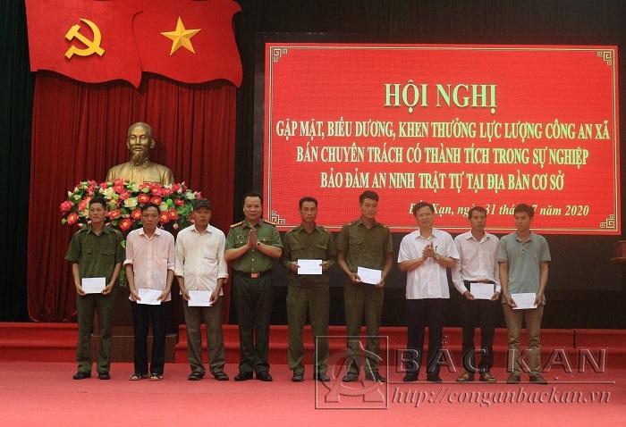 Đ/c Phạm Duy Hưng PCT UBND tỉnh và Đại tá Hà Văn Tuyên - GĐ Công an tỉnh tặng quà cho các đồng chí công an xã bán chuyên trách có hoàn cảnh khó khăn