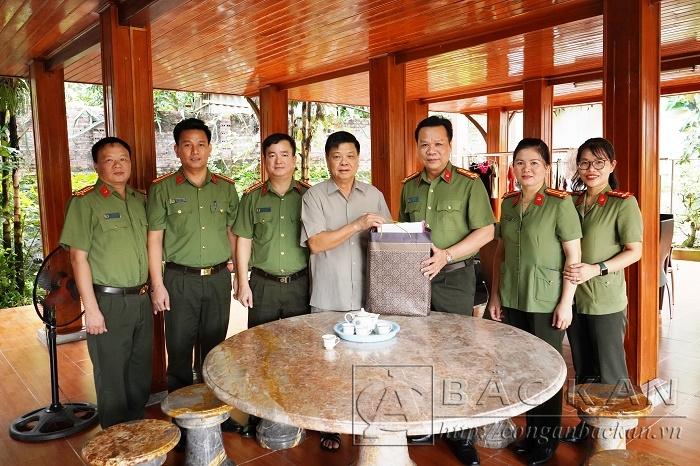 Đại tá Hà Văn Tuyên – Giám đốc Công an tỉnh thăm, tặng quà đồng chí Mai Thế Dương - Nguyên UV Trung ương Đảng, nguyên Phó Chủ nhiệm thường trực Ủy ban Kiểm tra TW, nguyên Giám đốc Công an tỉnh Bắc Kạn