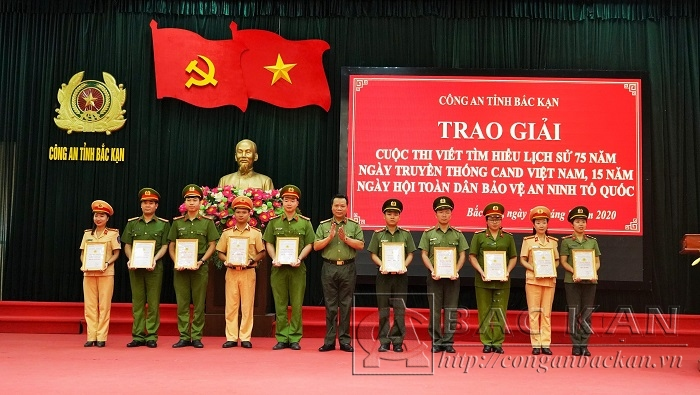 Đại tá Hà Văn Tuyên - Giám đốc Công an tỉnh trao giải cho các tác giả đạt giải cuộc thi  tìm hiểu 75 năm Ngày truyền thống CAND Việt Nam và 15 năm Ngày hội toàn dân bảo vệ an ninh Tổ quốc