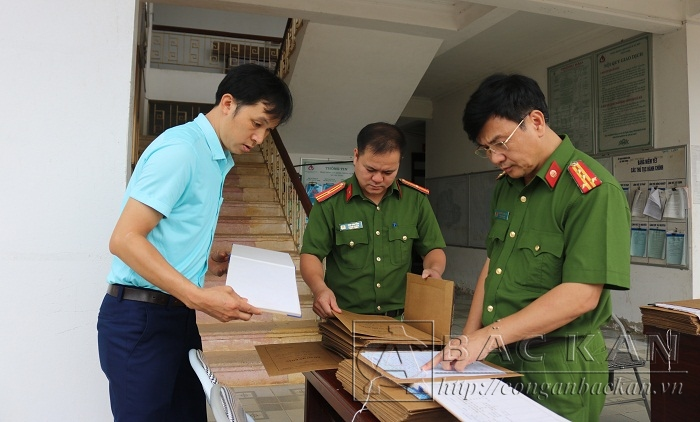 Đại tá Nguyễn Thanh Tuân – Phó Giám đốc Công an tỉnh trực tiếp kiểm tra phiếu thu thập thông tin dân cư tại xã Vân Tùng, huyện Ngân Sơn