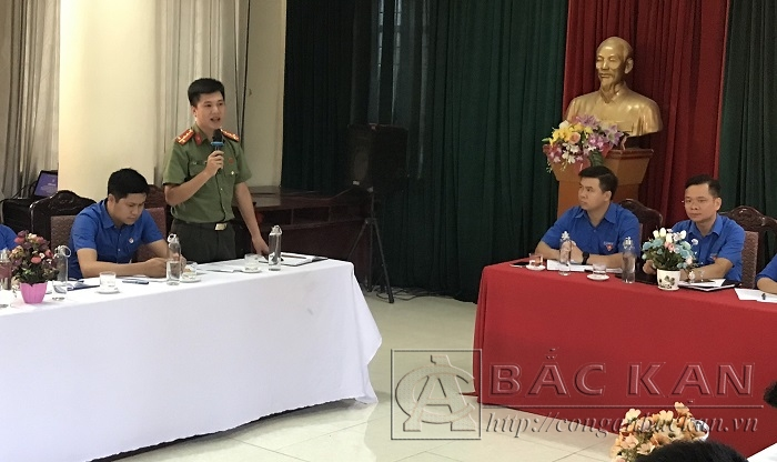 Đại úy Nguyễn Duy Quân, Bí thư Đoàn TN Công an tỉnh tham gia ý kiến tại diễn đàn