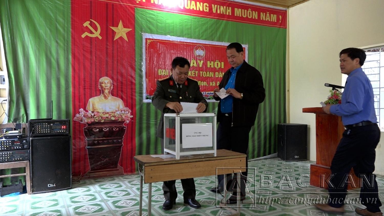 Các đại biểu quyên góp ủng hộ đồng bào miền Trung khắc phục hậu quả mua lũ