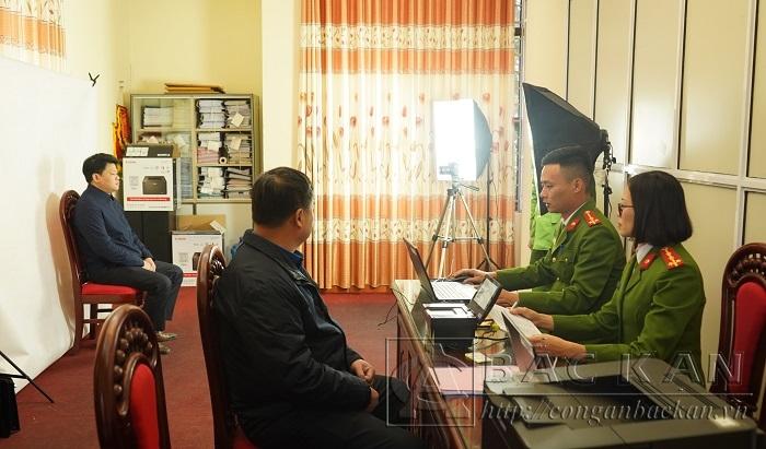 Cán bộ phòng Cảnh sát QLHC về TTXH Công an tỉnh thực hiện thủ tục thu nhận hồ sơ cấp CCCD cho các đồng chí là đại biểu dự Đại hội Đảng toàn quốc lấn thứ XIII