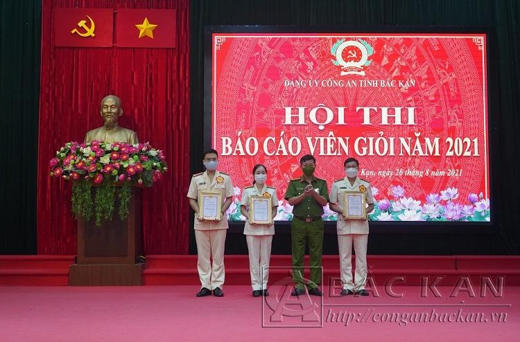 Đồng chí Hà Trọng Trung – Phó Bí thư Đảng ủy Công an tỉnh trao giải Nhất, Nhì cho các thí sinh