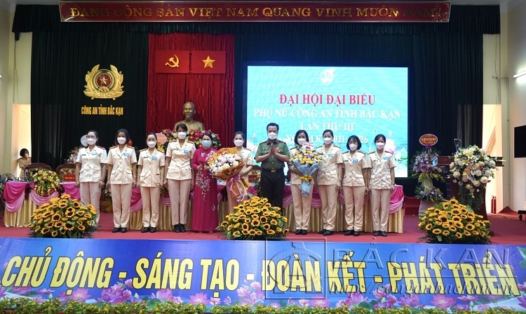 Đồng chí Hà Thị Liễu, Đại tá Hà Văn Tuyên tặng hoa chúc mừng Ban chấp hành Hội Phụ nữ Công an tỉnh khóa III, nhiệm kỳ 2021  2026